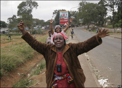 Women flee 2007 during riots at the Kibera slum in Nairobi