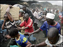 Looters in a Nairobi slum