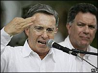 Álvaro Uribe y Luis Carlos Restrepo en Villavicencio el 31 de diciembre