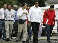 El canciller venezolano, Nicolás Maduro (segundo a las der.), se dirige a una reunión con Uribe en Villavicencio