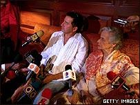 Tío y abuela de Emmanuel hablan con los periodistas en Caracas