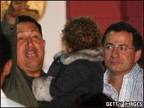 Hugo Chávez sostiene en sus brazos a la nieta de Consuelo González junto a Iván Rojas