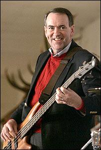 Mike Huckabee tocando el bajo en Cedar Rapids, Iowa, el 1 de enero de 2008.