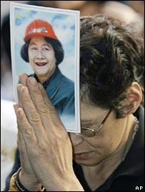 A mourner outside the hospital in Bangkok on 2 January 2008