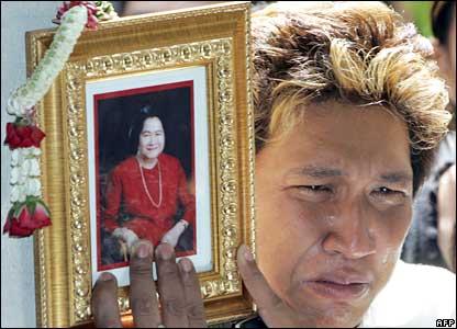 A Thai man mourns the late Princess Galyani Vadhana