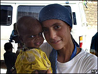 Argentine nurse Pilar Bauza with a child in Somalia (archive image)