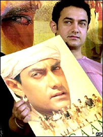 Bollywood superstar Aamir Khan with a Lagaan poster