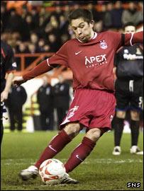 Barry Nicholson drills home a late spot-kick winner for Aberdeen