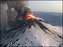 Vista aérea del volcán Llaima en erupción