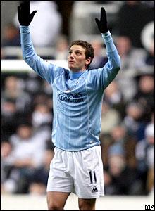 Elano celebrates putting Manchester City 1-0 up