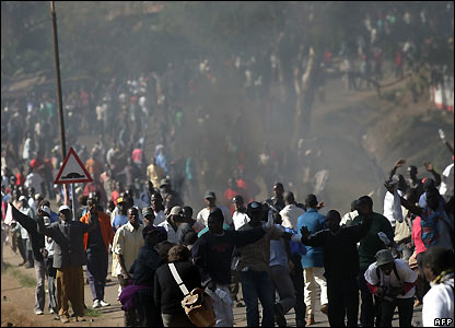 Odinga supporters march out of Kibera slum in Nairobi