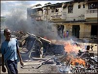 Un niño camina frente a una barricada en la ciudad de Kisumu, Kenia
