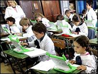 Niños en la escuela de Villa Cardal, Uruguay, con sus computadoras