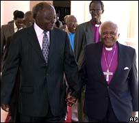 Mwai Kibaki (izquierda) con el arzobispo Desmond Tutu