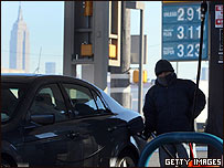 Hombre carga combustible en su coche en Nueva York