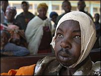 Un hombre herido es atendido en un hospital de la región de Rift Valley