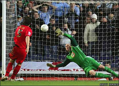 Ward beats Brad Friedel with his penalty