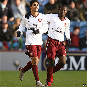 Eduardo and Emmanuel Eboue celebrate the opener