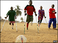 J�venes amputados de Sierra Leona, ex ni�os soldados, jugando al f�tbol en Freetown