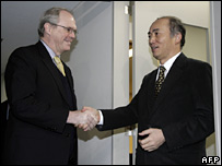 Mr Hill (left) meets Japanese counterpart Kenichiro Sasae in Tokyo on 7 January 2008