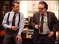 Tom Hanks con Phillip Seymour Hoffman en una escena de la pelcula