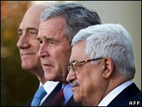 Ehud Olmert (l), George W Bush and Mahmud Abbas (r)