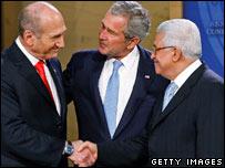 Ehud Olmert (l), George W Bush and Mahmud Abbas (r) in Maryland Nov 2007