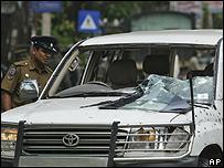 Un soldado inspecciona el coche del ministro tras la explosión
