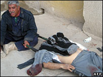 Мужчина у тела погибшего сына