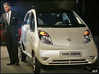 El presidente de Tata Motors presenta el auto Tata Nano