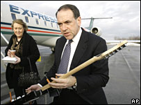 Mike Huckabee (R) with his wife Janet en route to South Carolina on 9 January 2008