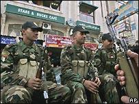 Policías palestinos patrullan calles de Ramala.