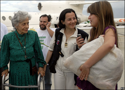 Clara Rojas (c) is greeted by her mother (left)