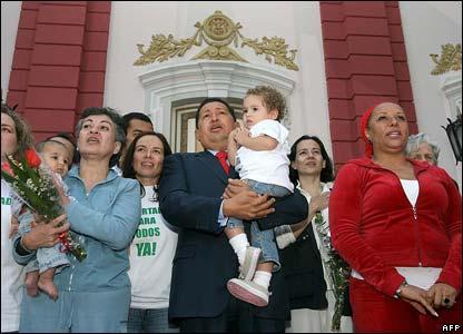 Consuelo Gonzalez and Clara Rojas stand next to Venezuelan President Hugo Chavez (centre)