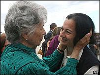 Clara Rojas (dcha) con su madre