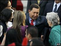 Hugo Chávez dialoga con las liberadas por las FARC y sus familiares