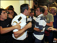 A passenger and airline employee scuffle at Ezeiza International Airport (12 January 2007)