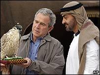 George W Bush y el presidente de los EAU, Jeque Califa bin Zayed al-Nuhayyan observan un halc�n en Abu Dhabi