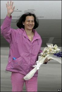 Clara Rojas saluda a su arribo a la Base Catam en Bogot�, Colombia