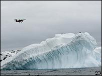 Una avioneta sobrevuela territorio antártico