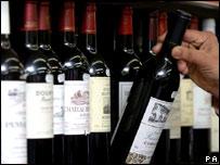 Полка с винными бутылками