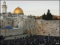 Vista del Muro de los Lamentos, en primer plano, y la Mezquita de Al Aqsa, en el fondo