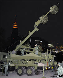 Japanese soldiers monitor electronic noise in Tokyo, 14/01/08