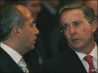 Álvaro Uribe (dcha) y Felipe Calderón