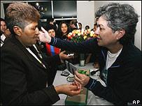 Consuelo Gonz�lez (dcha) con la madre de uno de los secuestrados por las FARC