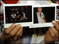 Claudia Rugeles muestra fotograf�as de su marido, Alan Jara