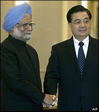 Indian Prime Minister Manmohan Singh (L) shakes hands with Chinese President Hu Jintao in the Great Hall of the People, Beijing (15/01/2008)
