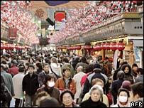 People in Asakusa shopping street, Tokyo, Japan (26/12/2007)