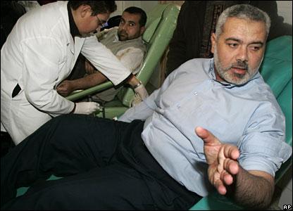 Hamas leader Ismail Haniya (r)