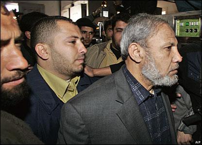 Hamas leader Mahmoud Zahar (r)